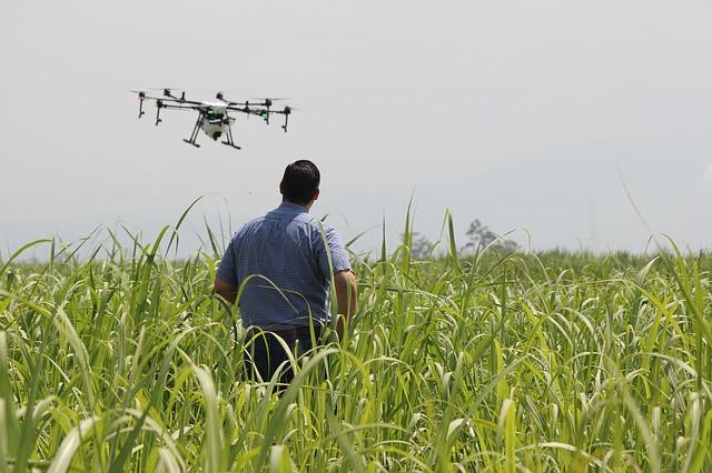 muž s dronem
