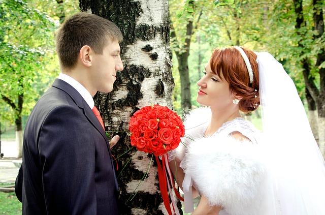 ženich a nevěsta u stromu.jpg