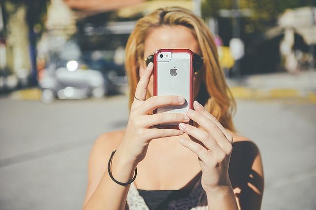 dívka se smartphonem.jpg