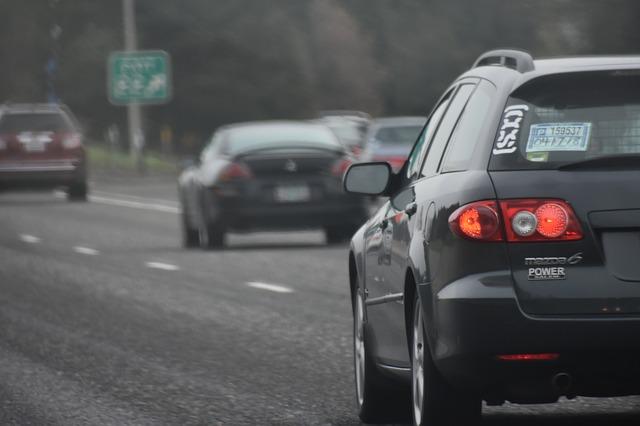 denní provoz na příměstské silnici.jpg